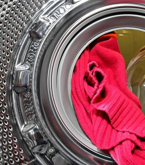 Mosógép  A mosógép egyik legnagyobb ellensége a vízkő, mely ellen azonban te is sokat tehetsz. Hasznosak lehetnek az áruházakban kapható vízkőoldó tabletták is, azonban egyszerűbb és olcsóbb megoldás, ha időnként ecetes átmosást alkalmazol. Fontos továbbá, hogy a szűrőt is rendszeresen tisztítsd ki, valamint tartsd be az olyan alapvető szabályokat, mint hogy ne pakold túl a dobot, és ürítsd ki alaposan a ruhák zsebeit, nehogy olyan dolog maradjon bennük, mely mosás közben kárt tehet a gépben.  Kapcsolódó cikk: 3 apró jel, hogy hamarosan tönkremegy a mosógéped »