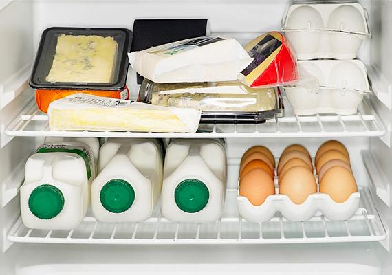 Elméletben egy jó hűtő 10-15 évig is működőképes lehet, azonban jelentősen csökkenti az élettartamot, ha rendszeresen jegesedni hagyod, vagy, ha kis méretű, zárt térben tartod, és nem hagysz mögötte elég helyet - így ugyanis nem tud megfelelően szellőzni.