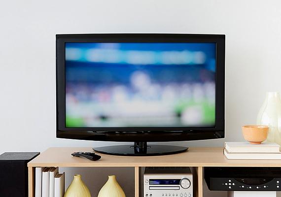 A tévé egyike azon háztartási készülékeknek, melyeknek a legtöbb bajuk lehet. Ha nem minőségi, garanciális, ezzel együtt pedig sajnos drágább készüléket veszel, nem biztos, hogy hosszú életű lesz.