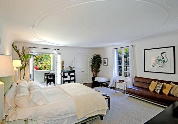 Charlie Sheen hálószobája.