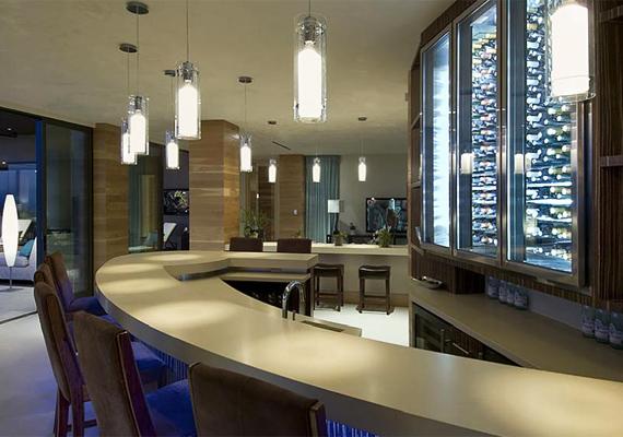 A nappali részét képezi a bár is, ahol több száz üvegnyi behűtött italt tárolnak, ha váratlan vendégek érkeznének.