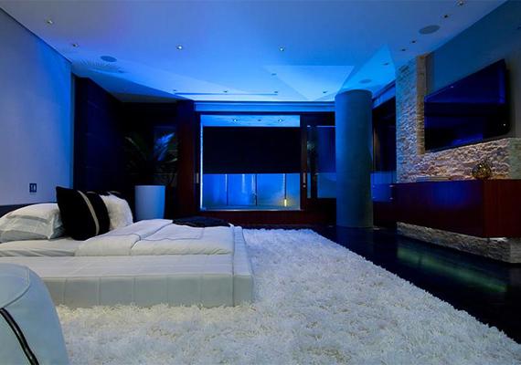 A hálószoba is minden luxussal felszerelt.