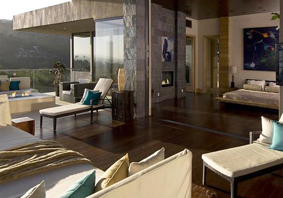 A nappaliból nyíló teraszon mesés panoráma mellett élvezheti Melinda és családja a pihenést.