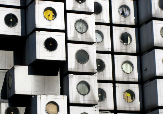 Bár a Japánban található, tokiói Nakagin Capsule Tower több évtizede felépült, napjainkban ismét a figyelem középpontjába került, köszönhetően annak, hogy nagyon sokan tartanak az élettér jövőbeli leszűkülésétől, minek következtében hasonlóan kis helyiségek juthatnak csak egy-egy családra. Ha többet szeretnél tudni róla, kattints ide!