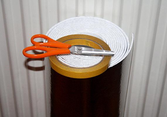 A fólia felragasztásához nincs szükség különleges eszközökre. Magát a fóliát barkácsáruházakban lehet beszerezni - méterét néhány száz forintért -, emellett ollót kell előkészíteni, illetve kétoldalú ragasztószalagot - de a rögzítés tetszés szerint, másként is megoldható.