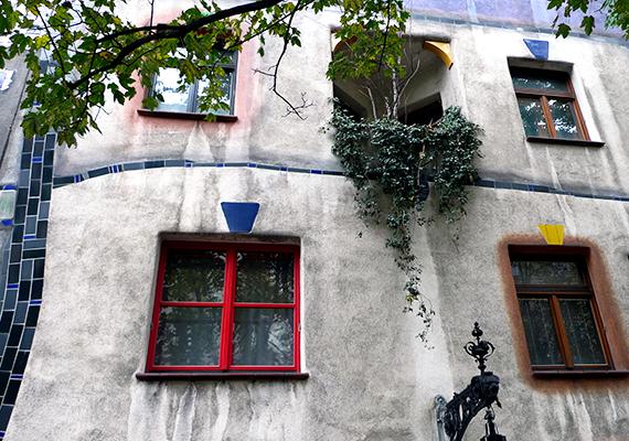 A házon belül irodák is helyet kaptak, emellett 52 lakás található benne. A természet jelenléte is kiemelt fontosságú volt Hundertwasser számára, így több száz fa és bokor található az épület területén belül. A bécsi Hundertwasser-ház ma a kulturális örökség része Ausztriában.