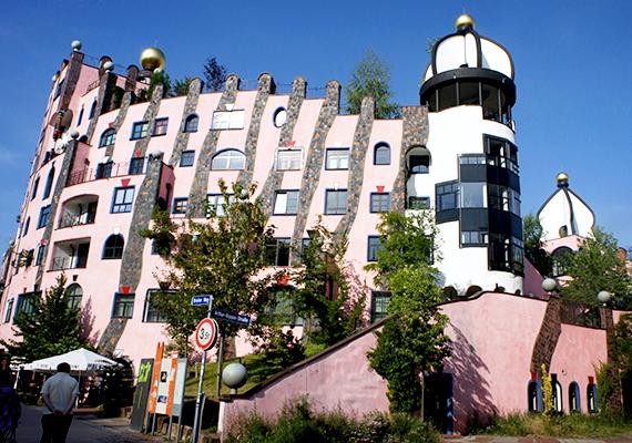 A magdeburgi Green Citadel Hundertwasser utolsó projektje volt, az épület 2005-ben posztumusz készült el. A házon belül egy hotel is található 42 teljesen különböző szobával, emellett irodák, egy óvoda, illetve 55 lakás is helyet kapott benne.
