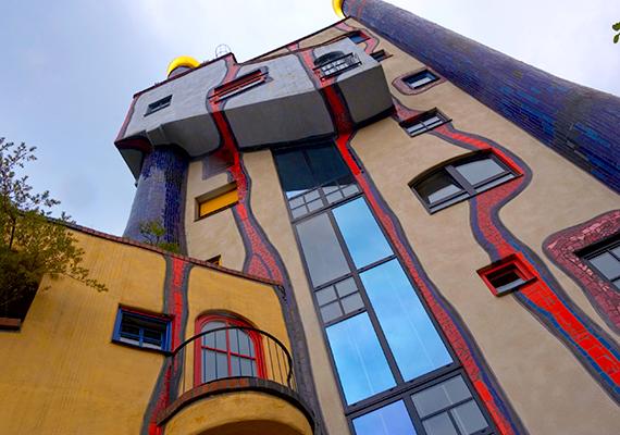 A dél-németországi Plochingenben található Hundertwasser-házat a kerek formák és a vidám színek jellemzik. A természet ábrázolása itt is fontos volt, a piros, kacskaringós vonalak azt jelenítik meg, ahogy az eső lecsorog az épületen.