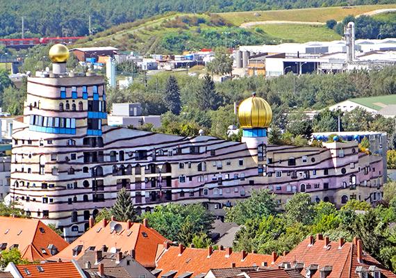 Szintén nagyon híres Hundertwasser-épület a Darmstadtban található Waldspirale, melyben 105 lakás kapott helyet.