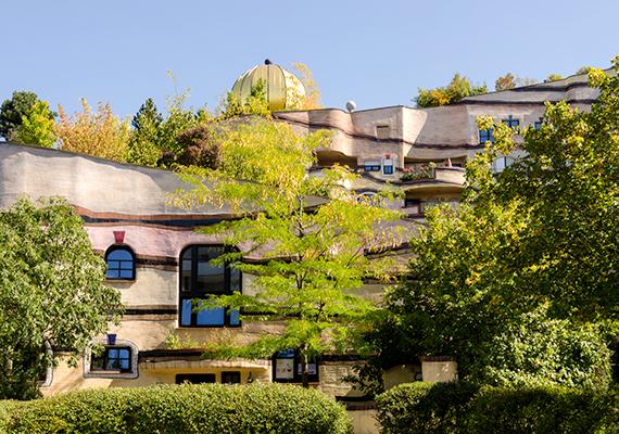 Csak néhány érdekesség a számtalan közül: az épület ablakai között nincs kettő egyforma, emellett néhány lakás belülről is Hundertwasser tervei szerint van kidekorálva.