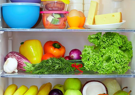 Nem mindegy, miként pakolod be a hűtőt, célszerű például a gyakran használt élelmiszereket a legelérhetőbb helyre tenni, illetve minél jobban megpakolni a hűtőt - ha kíváncsi vagy miért, kattints ide! A hűtő felső polcaira érdemes tenni a már elkészült vagy sütés-főzés nélkül is rögtön fogyasztható ételeket, míg a romlandóbb élelmiszereket, például a nyers húst a hűvösebb, alul található polcokra. A nyers húst emellett mindig tedd zacskóba vagy dobozba, a higiénia szempontjából pedig sohase tárold más, egyből fogyasztható élelmiszerek, például zöldségek mellett, a hús például levet ereszthet, ami kifolyhat, baktériumokat juttatva más élelmiszerekre. Mivel pedig az ajtó a hűtő legkevésbé hideg része, lehetőleg ne itt tárold a tojást vagy a tejet.
