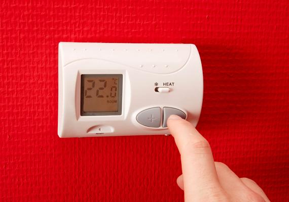 Szintén hasznos kihívás és tanács a hőmérséklet egy fokkal való lejjebb állítása a lakásban, mely a honlap szerint 10-15 ezer forintos spórolást is eredményezhet. Közeledik a fűtési szezon vége, így ezt nyugodtan megteheted. Kattints ide, és tudd meg, mi az ideális hőfok a lakásban!