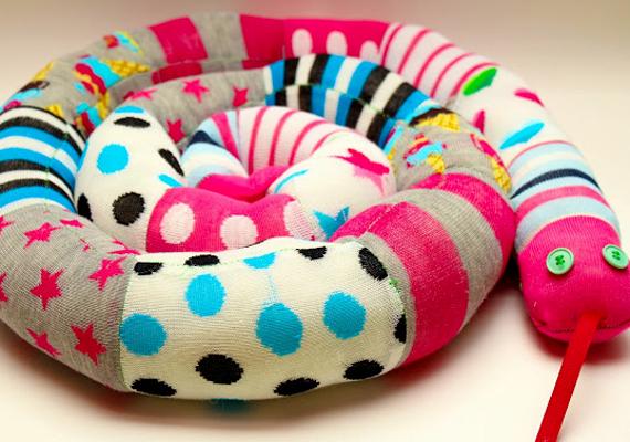 A színes zoknikígyót nem nehéz elkészíteni, ha van otthon néhány használaton kívüli, régi zoknid: a végeiket le kell vágni, majd összevarrni őket. Ha nem szeretnél sokat vacakolni, egy hosszabb, régi harisnya is kiváló alapanyag.