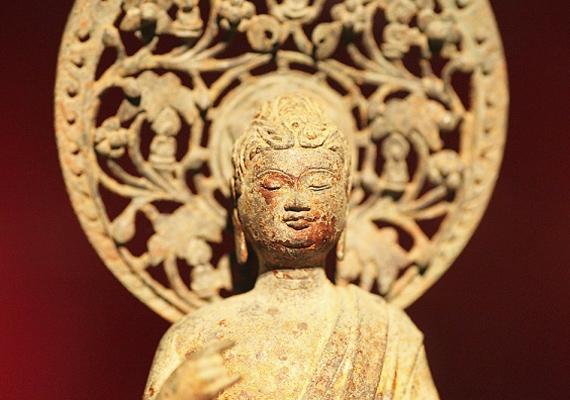 A feng shui követői szerint a pénzsarokba helyezett Buddha-szobor is anyagi fellendülést hoz.