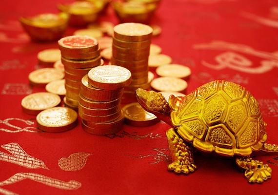 A feng shui szerint a piros szín már önmagában hozzásegít a jobb élethez, a terítőre helyezett aprópénz fokozza a hatást, a teknős pedig a szerencséért felel.