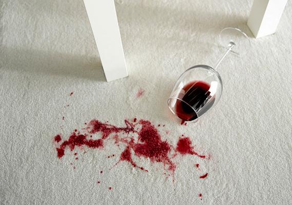A só klasszikus folttisztító. Ha borfoltos lett a szőnyeg, szórj egy kevés sót a területre, hagyd rajta tíz percig, majd porszívózd fel. A folt el fog halványulni.