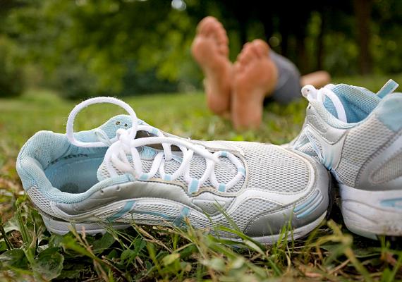 Szagtalaníthatod a zárt cipőket, ha időnként sót szórj beléjük.