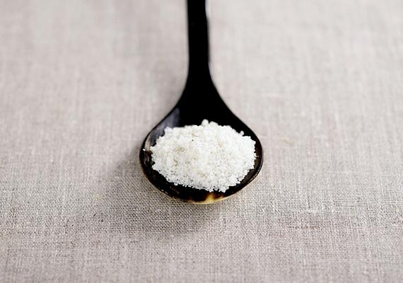 A sóból kiváló súrolószert lehet készíteni, mely zsíroldó és fertőtlenítő hatással is rendelkezik. Nem kell mást tenned, mint enyhén megvizezve pasztát készíteni a sóból.