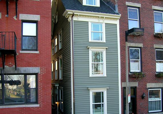 Az amerikai Bostonban álló Skinny House legszélesebb pontján épphogy eléri a három métert.