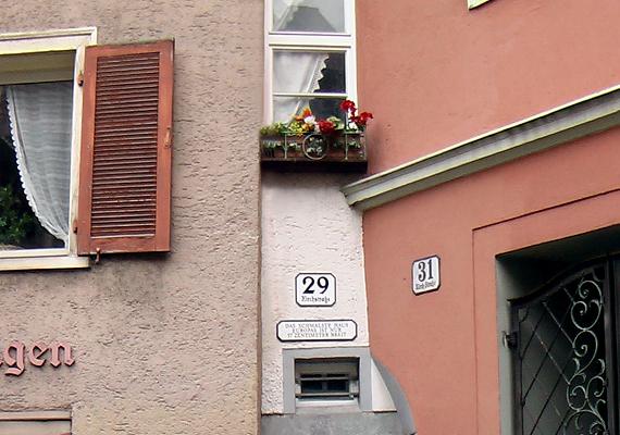 Az ausztriai Bregenzben álló ház Európa legszűkebb épülete. Legalábbis az ajtó fölött található felirat szerint.