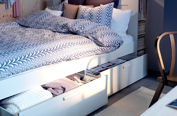 A Kika kínálatában olyan polcokat találhatsz, amelyek az ágy aljába szerelhetők, így kihasználhatod az ágy alatt rejtőző helyet is.