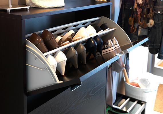 Válaszd az Ikea lehajthatós cipőszekrényét, amely feleannyi helyet foglal, mint egy rendes cipőtartó.