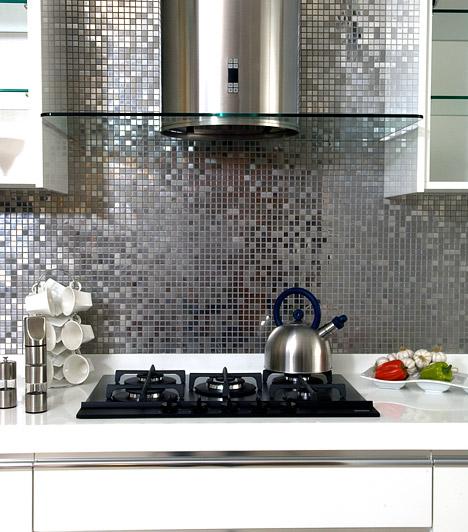 Csempe helyett tapéta  A tűzhely és a mosogató mögötti falat mindenképpen védened kell valamivel. Új csempét vásárolni költséges mulatság, olcsóbban megúszod, ha mosható, strapabíró tapétát ragasztasz a falra. Számos szín- és minta közül választhatsz, olyan tapéták is vannak, amik mozaikcsempe benyomását keltik.  Kapcsolódó cikk: Csalafinta tértágító trükkök »