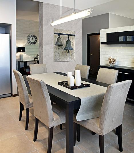Letisztult dekorációFölösleges telezsúfolni a konyhát apró mütyűrökkel, mert ebben a helyiségben a díszítés könnyen a funkció rovására mehet. Néhány kiegészítőt azonban érdemes beszerezned - egy kép a falon, vagy egy óra alig foglal helyet, pár gyertya pedig különleges hangulatot teremt. A lényeg, hogy ne legyenek hivalkodóak, ne foglaljanak sok helyet és illeszkedjenek a konyha stílusához.