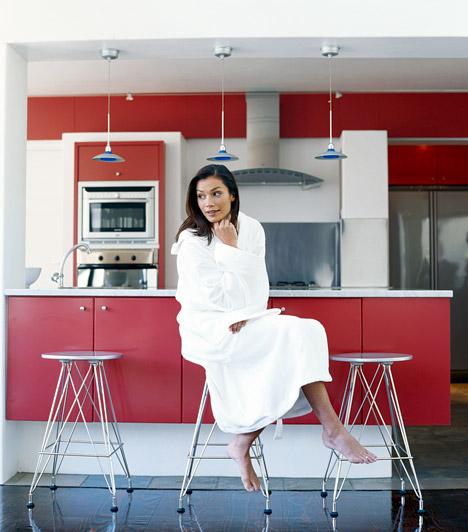 Színes szekrények                         Az áruházakban kapható fényes-színes konyhabútorok annyiban különböznek egyszerű társaiktól, hogy fóliatapétával borították be őket. Ezt te is könnyen megteheted akár a régi konyhabútoroddal is - arra azonban ügyelj, hogy mindenképpen hőálló borítást válassz.                         Kapcsolódó cikk:                         Új konyhabútor 10 ezer forintból, egyetlen délután alatt »