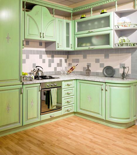 Új padlóburkolat                         A konyhapadlót sem kell feltétlenül járólapnak borítania, ma már kaphatóak olyan laminált padlók, amik a hőt és a nedvességet is jól bírják. Bár ezek ára valamivel borsosabb a hagyományos változatoknál, ha csak kis méretű a konyhád, érdemes megfontolni ezt a lehetőséget is. Ha a laminált padlót nem engedheted meg magadnak, válassz csempe- vagy parkettautánzatú PVC padlót - könnyebb lerakni, olcsóbb, és ma már ebből is kapni nagyon jó minőségűt is.                         Kapcsolódó cikk:                         Így rakd le a laminált padlót! »
