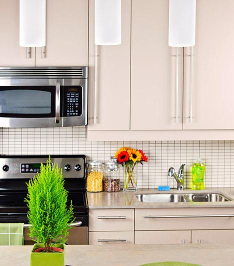 A konyha fénypontjaTalán sehol máshol nem kap annyira fontos szerepet a világítás, mint a konyhában, hiszen a tiszta fényekkel sok háztartási balesetet megelőzhetsz. Egy különleges lámpa az egész konyha atmoszféráját megváltoztathatja. Mindenképpen szerezz be néhány ledsort is, amit a munkapult fölé szerelhetsz.