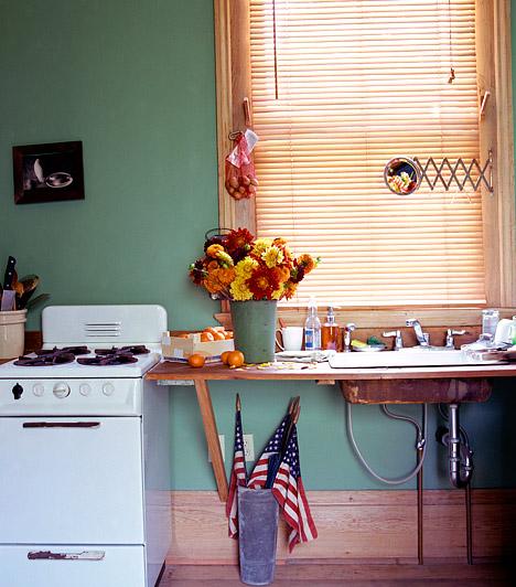 Színes falakA legtöbb konyhát egyetlen doboz festékből is ki lehet pingálni, akár egyetlen délután alatt. Válaszd nyugodtan a kedvenc életteli, vibráló árnyalatodat, hiszen a konyha az evés és az alkotás tere, így itt a legerősebb színek is jól mutatnak.