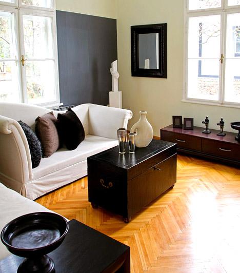 Merész színek                         Egy modern, letisztult nappaliban jól mutat a szürke, míg a romantikus, nőies enteriőrbe a rózsaszín egészen extrém árnyalatai is passzolnak. Ezek az erős színek azonban nagy felületen zavaróan hathatnak, ezért ne fesd be velük az egész szobát - de még egy egész falat sem feltétlenül muszáj fukszia színűre vagy gratit árnyalatúra pingálnod. Egy jól megválasztott szín egy nem túl nagy, de karakteres felületen izgalmassá teszi a szobát, mégsem lesz tolakodó az összhatás.                         Kapcsolódó cikk:                         3 gyógyító erejű szín a lakásban »