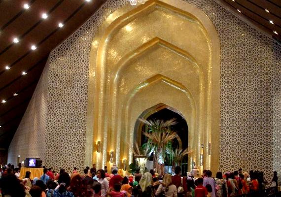 A palotában 1788 szoba, köztük 257 hálószoba található. A képen látható bálterem ötezer ember befogadására képes, az épületben helyet kapó mecsetben pedig 1500-an tudnak egyszerre imádkozni.