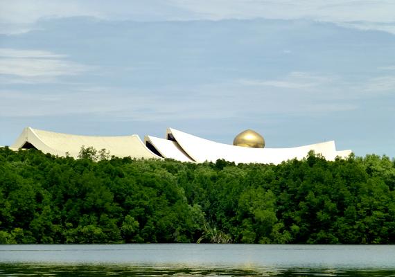 A palota folyóparti környezete festői, emellett csak néhány kilométerre található a fővárostól, Bandar Seri Begawantól.