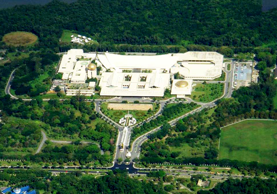 Az Istana Nurul Iman név jelentése: a hit fényének palotája. Egy filippínó építész, Leandro V. Locsin tervezte, belső kialakítását pedig ugyanaz az építészcég végezte, melynek nevéhez a dubai Burj al Arab is köthető. Az épület 1984-re készült el, összesen 1,4 milliárd dollárból.