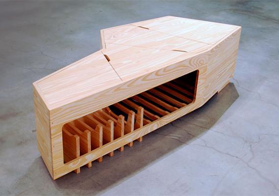 A Memento nevű bútordarab kettős funkciót szolgál: tulajdonosa életében asztalként tekinthet rá, halála után azonban koporsójává is válhat.