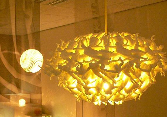 A Lux Merx által tervezett lámpa elkárhozott lelkek forgatagát jeleníti meg.