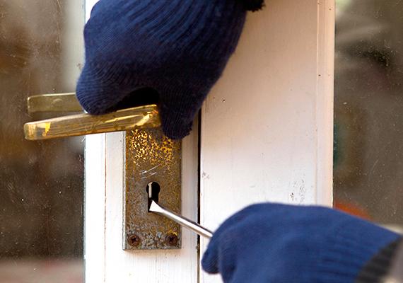Jó, ha az ajtó több ponton záródik, egy túl egyszerűnek látszó zár ugyanis odacsalogathatja a betörőket. Érdemes biztonsági zárral ellátni a házat.