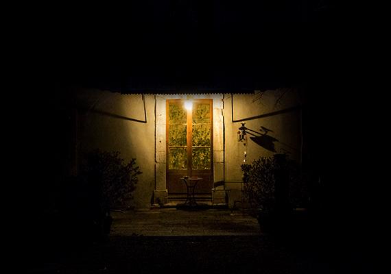 Ideális célpont lehet a lakás, ha éjszaka nincs megfelelően kivilágítva, így a betörő észrevétlenül a közelébe tud osonni. Érdemes mozgásérzékelős lámpát felszerelni a bejárathoz, mely jól bevilágítja a ház ezen részét, emellett egy időzíthető kapcsoló is hasznos lehet, mely azt a látszatot kelti, mintha otthon tartózkodnál.