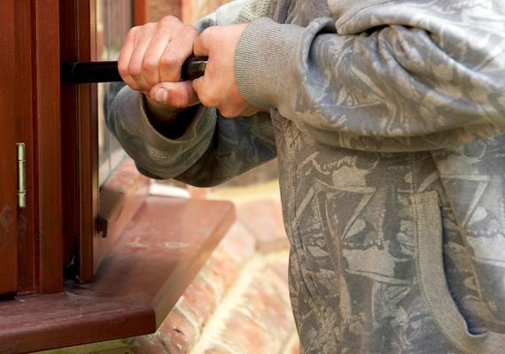 Tökéletes célponttá teszi a házad, ha olyan ablakok találhatók rajta, melyek nincsenek túl magasan, tehát könnyen hozzáférhetőek, emellett pedig rács vagy dupla üveg sem védi őket. Mindemellett egy bukóra nyitva hagyott ablak is hívogató lehet a betörők számára.