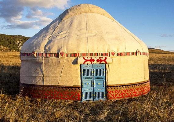A képen egy kazah jurta látható, melynek belső tere magasabb a mongol jurtáénál, ugyanakkor kevésbé stabil a szerkezete. Erről itt olvashatsz bővebben.