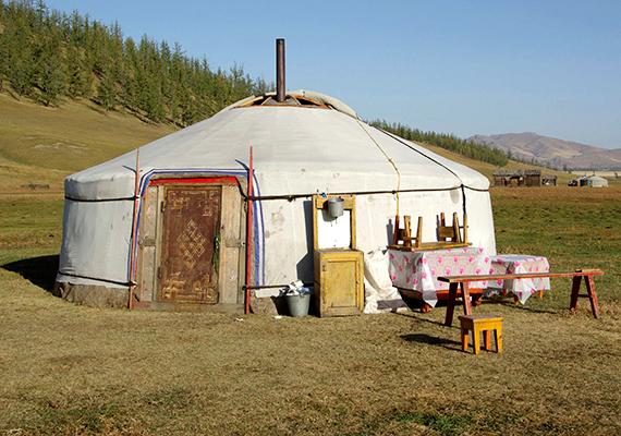 A jurta egyszerűen felépíthető, praktikus szálláshelyet jelentett a vándorló, nomád népeknek, könnyű volt ugyanis vele továbbállni, amit az állattartás, az évszakok és a téli-nyári szállás váltakozása meg is követelt.