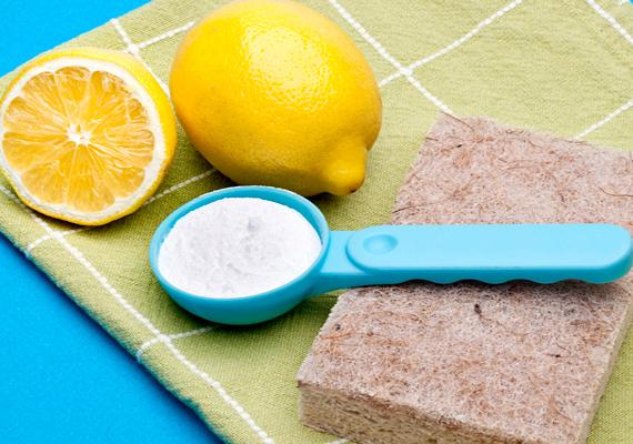 Segít eltüntetni a vízköves szennyeződéseket a mosószóda is, melyet használj úgy, mintha súrolópor lenne. Szórd be vele a benedvesített felületet, dörzsöld át, majd öblítsd le vízzel.