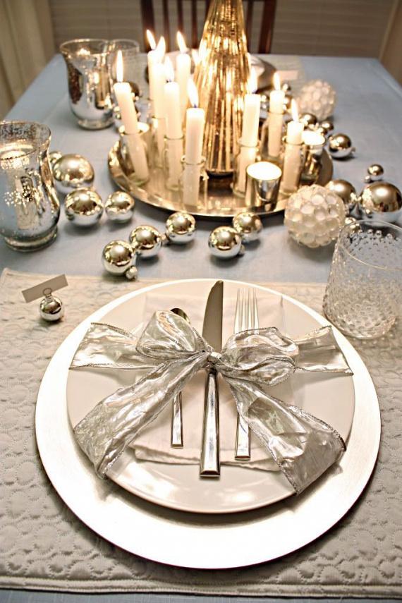 Ezüst-arany pompa - az arany és ezüst színvilágú teríték legnagyobb éke a körcsomagként átkötött tányér. Használj minél vastagabb és merev szélű masnit, hogy mutatósabb legyen. A középre helyezett ezüst tálcára pakolj sok, különböző méretű fehér mécsest és gyertyát. Ha körberakod nem használt ezüst és arany gömbökkel, teljes lesz az ünnepi hangulat.