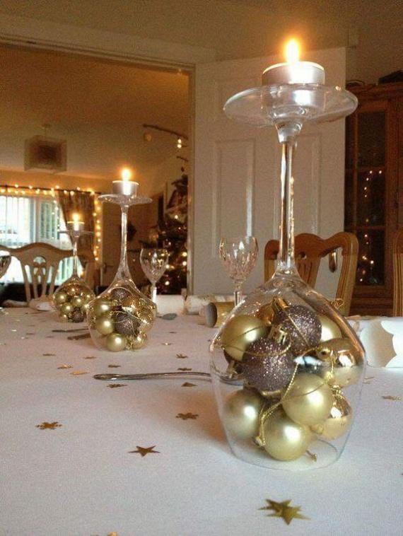 Aranybarna színvilág - a legegyszerűbb megoldások közé tartozik az, ha a fel nem használt talpas poharakat veszed elő. Fejjel lefelé fordítva régi karácsonyfadíszeket pakolhatsz bele, a talpa pedig mécses- vagy gyertyatartóként is funkcionálhat. Az apró, kivágott csillagokat szétszórhatod az asztalon.