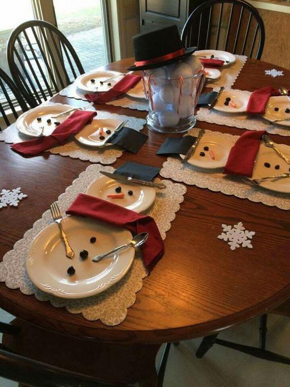 Vidám hóemberek - a hóemberes terítéket a legegyszerűbb felrakni. Különféle méretű tányérok egymásra pakolásával megvan a hóember teste. A szalvéta lesz a nyaksálja, az evőeszközök a kezei. Aszalt szilvából és bébirépából lehet arcot kreálni neki, melyek utána remek előételként is elrágcsálhatóak.