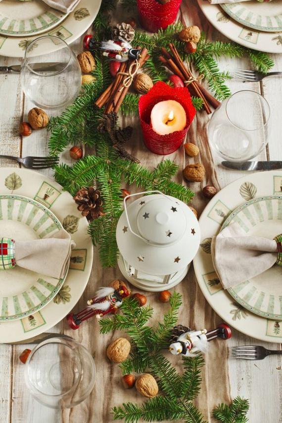 Klasszikus piros-zöld - ehhez a terítéshez szinte minden családban rendelkezésre állnak a kellékek. Ha nincs időd többet foglalkozni az ünnepi asztallal, fektesd középre a fafaragásból megmaradó fenyőágakat. Ezekre laza összevisszaságban helyezhetsz fa diótörő figurát, diót, mogyorót, mandulát és fenyőtobozt.