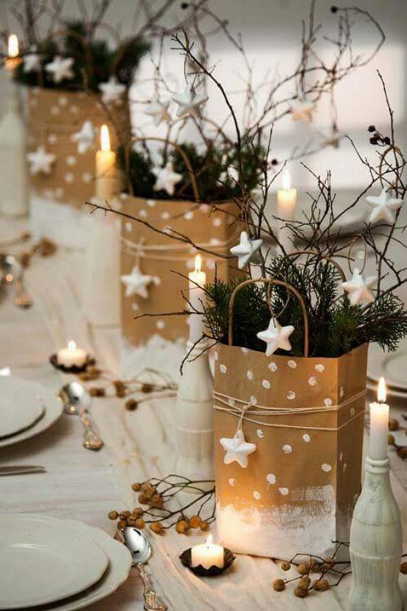 Havas papírzacskók - a költségkímélő és látványos dekoráció papírtasakokból készült, melyeket műhóval lehet lefújni, vagy fehér festékkel átkenni. A kis hungarocell csillagok minden dekorációs boltban kaphatóak. A természetes hatást a kertből szedett örökzöld gallyakkal és az erdei kirándulásból hozott száraz bogyós ágakkal lehet elérni.