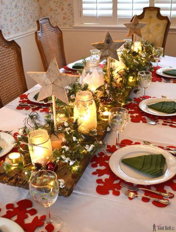 Karácsonyi álomvilág - ez a bájos és meghitt teríték csupa eredeti ötletből áll. A dunsztosüvegeket kívülről papírragasztóval bekenték, és meghengergették apró szemű sóban. A beléjük bújtatott mécsesek igazi zimankós hangulatot adnak. A fenyőágacskák közé pattogatott kukoricát szórtak, imitálva vele a hóesést. A piros filcalátét és a zöld fenyő alakúra hajtogatott szalvéta további vidám színfoltjai a kreációnak.